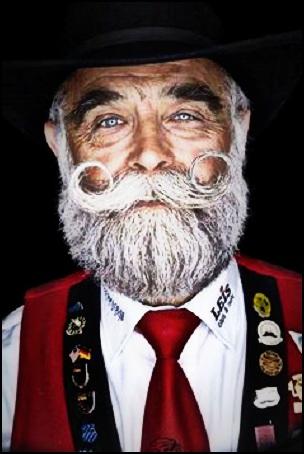Avec une moustache en guidon, vous pourrez participer aux compétition officielles de barbe et moustache.