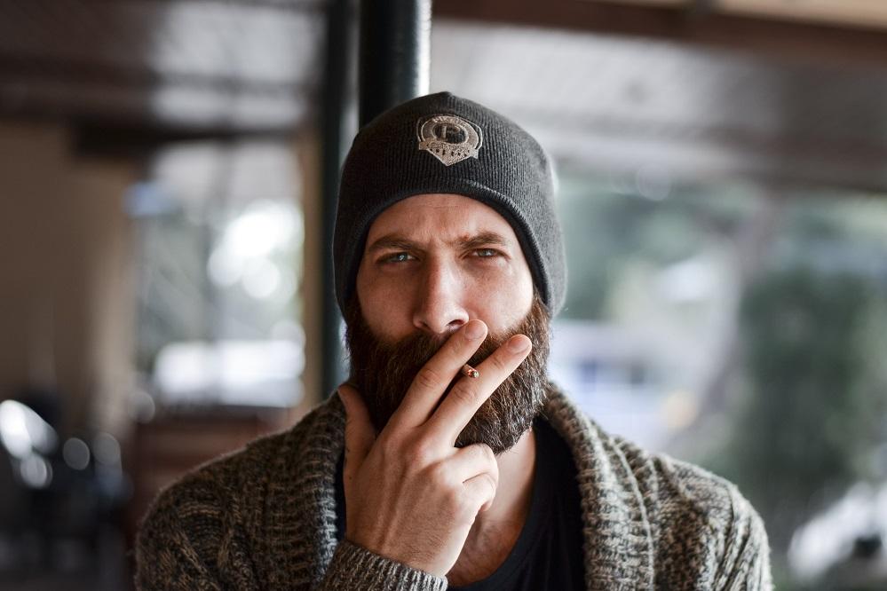 Pourquoi des poils tombent de votre barbe ?